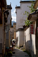 Hongcun village: one of the many narrow alleys.
